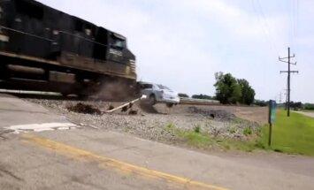Video: ASV vilciens pilnā ātrumā taranē uz sliedēm iestrēgušo limuzīnu