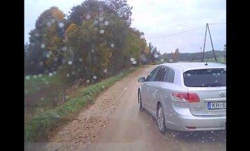 Video: Autovadītājs Aizkalnē ietiepīgi bloķē apdzīšanas manevru