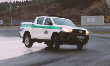 Video: Rīgas pašvaldības policisti ar dienesta automobiļiem mācās braukt '333' trasē