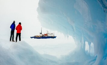 Antarktikas ledū iesprūdušā kuģa pasažierus glābs ar helikopteriem