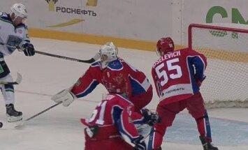 Video: CSKA vārtsargs saņem sitienu ar nūju pa seju