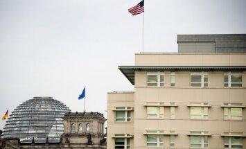 Merkeles telefons izspiegots no ASV vēstniecības, ziņo laikraksts