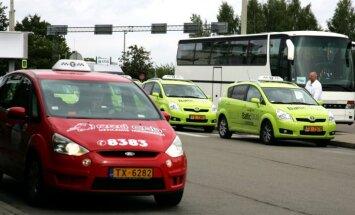 Piektdienas vakarā taksometru Rīgā jāgaida līdz pat stundai