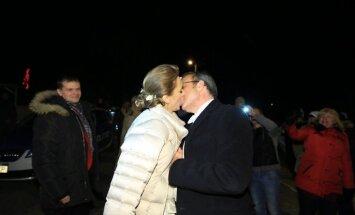 ФОТО: Ильвес поцеловал латвийскую невесту под одобрительные возгласы толпы