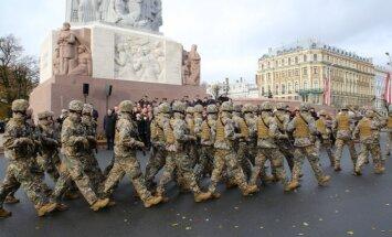 У памятника Свободы — военный парад, на Братском кладбище — возложение венков