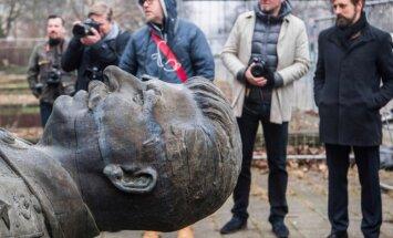 Foto: Berlīnē pie blokmājām uz 15 minūtēm novieto Staļina statuju