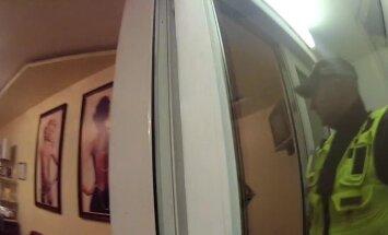 Video: Marihuānas pīpētājs skaistumkopšanas salona tualetē tīra zobus un noskujas