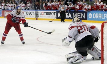 PČ grupu turnīra noslēgumā Čehija sīvā cīņā pēcspēles metienos uzvar Šveici