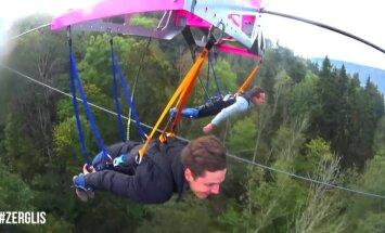 Новый аттракцион в Сигулде — смельчаки летают над Гауей на тросе (ВИДЕО)