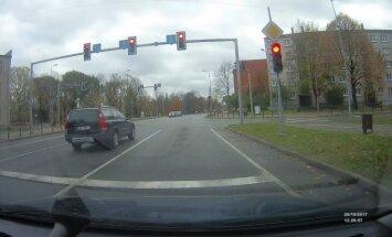 Video: Jelgavā auto aizbrauc pie sarkanās gaismas