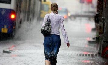 Sieviete pērkona negaisa laikā.