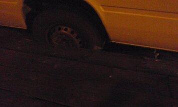 Kalpaka tiltā Liepājā ar vienu riteni ielūst furgons