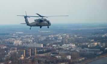 Foto: Rīga no ASV īpašo uzdevumu 'Black Hawk' lidojuma
