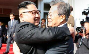 Foto: Pārsteiguma vizītē uz robežas tiekas abu Koreju valstu līderi