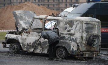 Foto: Uzbrukumā Sanktpēterburgā iznīcināts 'bobiks' un nogalināti policisti