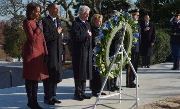 Obama un Klintons svinīgi noliek vainagu uz Džona Kenedija kapa