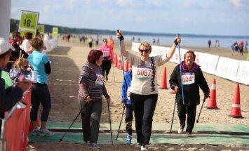 Foto: Latvijas ātrākie skrējēji un nūjotāji mērojas spēkiem 'Jūrmalas sporta svētkos'
