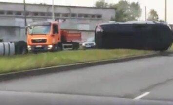 Video: Rīgā automašīna pēc avārijas paliek guļot uz sāna