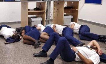 Экипажу Ryanair пришлось отдыхать на полу; авиакомпания говорит о постановочном фото