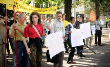 Foto: Aptuveni pussimts cilvēku prasa Rinkēviča atkāpšanos