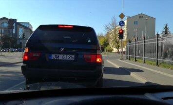 Kārtējais BMW vadītājs izceļas ar prasmi ievērot ceļu satiksmes noteikumus