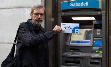 Katalāņu separātisti protestējot izņem no bankām naudu