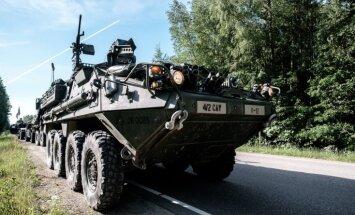 Foto: Ko nozīmē braukt 'Stryker' kaujas mašīnā pa Latgali