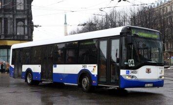 Saeimas komisija pievēršas ārvalstu pensionāru pārvadāšanai sabiedriskajā transportā; lēmums izpaliek
