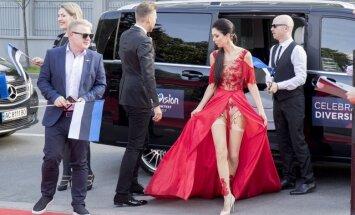 Foto: Igauņu Lauras pikantais tērps 'Eirovīzijas' atklāšanā