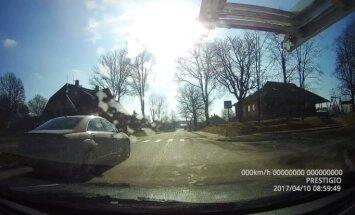 Video: Bramanīgs 'Mercedes Benz' vadītājs Gulbenē pārkāpj virkni noteikumu