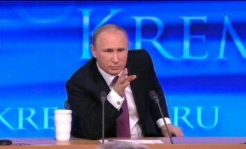 Video: Putins pasmejas par 'piedzērušos' žurnālistu, kurš izrādās smagi slims