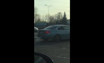 Aculiecinieka video: BMW uzspļauj ceļu satiksmes noteikumiem