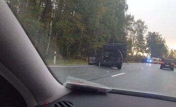 ВИДЕО: Серьезная авария на Лиепайском шоссе; пострадали три человека, в том числе ребенок