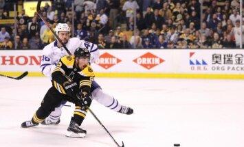 'Bruins' septītajā spēlē uzvar 'Maple Leafs' un turpina cīņu Stenlija kausā