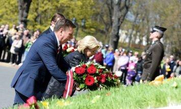 Foto: Ziedu nolikšanas ceremonija pie Brīvības pieminekļa