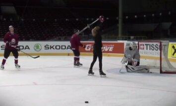 Video: Daiļava piedalās Latvijas hokeja izlases treniņā