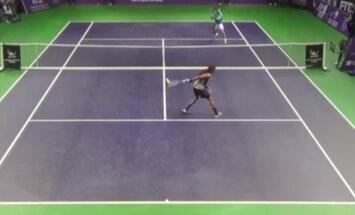 Video: Vācu tenisists ar sitienu aiz muguras gūst punktu