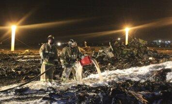 Foto: Pēc avārijas pelnos sadegusī 'Boeing' lidmašīna Kazaņā