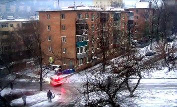 Video: Vladivostokā automašīnas avarē vienā un tajā pašā apledojušajā krustojumā