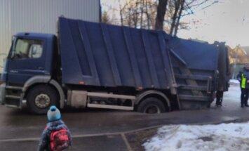 ФОТО: Это провал. В Кенгарагсе мусоровоз провалился под асфальт