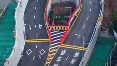 Video: Ķīnā ātrgaitas šoseju uzbūvē apkārt mājai