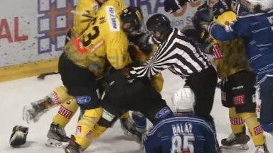 Video: Pārbaudes spēle hokejā pāraug atklātā rupjībā