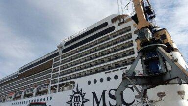 ФОТО: В Рижском порту пришвартовался лайнер MSC Poesia. Что у него внутри?