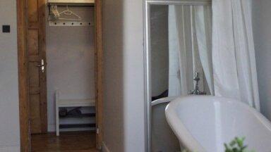 ФОТО. С ванной на кухне: необычно меблированная квартира с видом на стадион