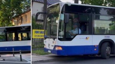 Video: Autobusam Āgenskalnā stabiņu dēļ jābrauc pa ietvi; vāc parakstus to aizvākšanai