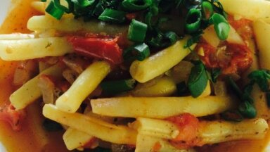 Sviesta pupiņu sautējums ar tomātiem un sīpoliem