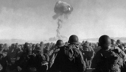 1951. gads: Pirmais kodolizmēģinājums Nevadā, Latvijā sāk celt tipveida skolas