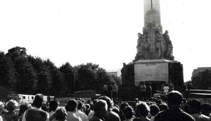 1987. gads: 'Dzimtā valoda', 23. augusta demonstrācijas, ASV sāk rādīt 'Simpsonus'