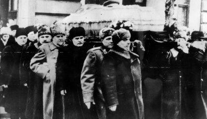 1953. gads: Mirst Staļins, 'Rīgas Piena kombināts' sāk ražot saldējuma tortes