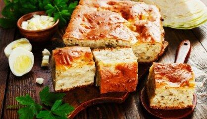 Kāpostu pīrāgs ar vārītām olām un ceptiem sīpoliem